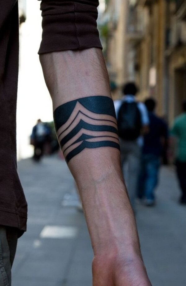Pointy Waves Curved Lines Round Tattoo in Hand