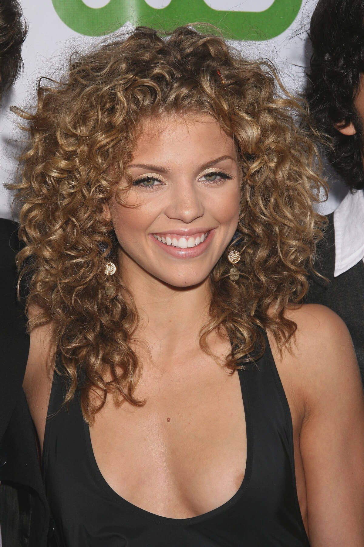 20 Must Try Curly Hairstyles For Round Faces
